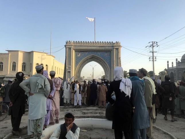 Cờ Taliban được treo ở Kandahar - thành phố lớn thứ hai của Afghanistan. Ảnh: EPA
