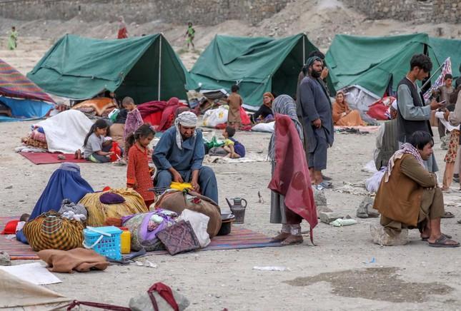 Người dân ở các tỉnh phía Bắc Afghanistan bỏ chạy vì giao tranh giữa Taliban với quân đội chính phủ. Ảnh: EPA