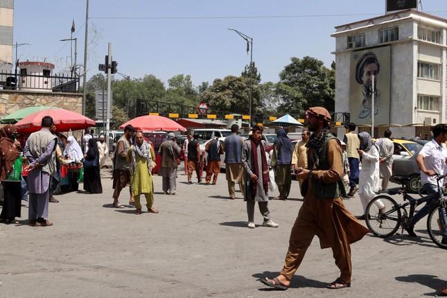 Người dân vội vàng về nhà khi nghe tin Taliban đã đến ngoại ô thủ đô Kabul. Ảnh: EPA