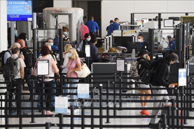 Hành khách tại khu vực kiểm tra an ninh ở sân bay quốc tế Los Angeles, California, Mỹ, ngày 4/6/2021. Ảnh tư liệu