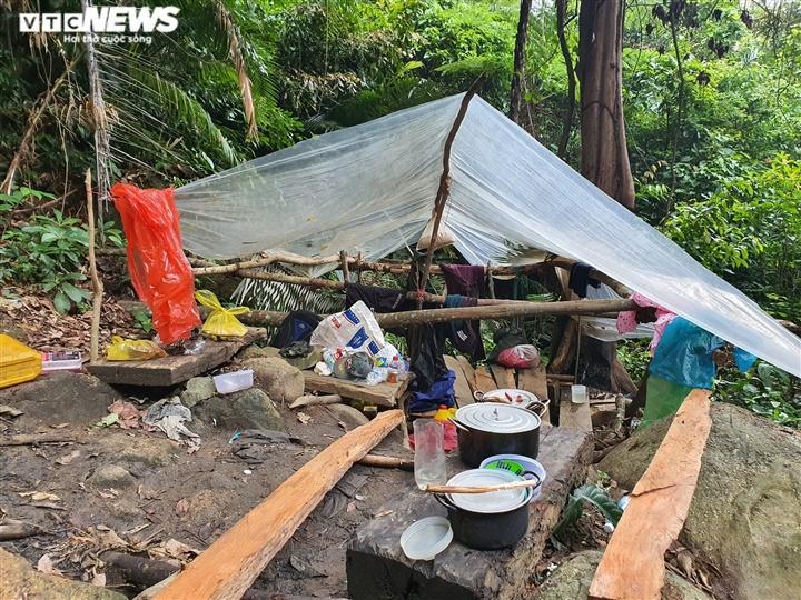 Khu lán trại được nhóm lâm tặc dựng lên, vẫn còn nhiều vật dụng cho việc sinh hoạt trong rừng.