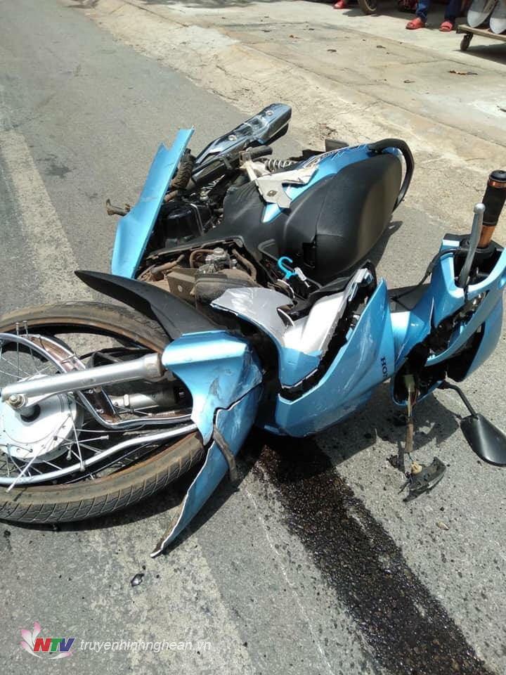 Chiếc xe máy bị vỡ phần khung xe sau va chạm.