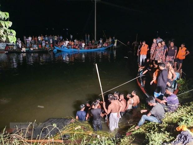 Nhân viên cứu hộ tìm kiếm nạn nhân mất tích sau vụ tai nạn tàu thủy ở Brahmanbaria, Bangladesh, ngày 27/8/2021.