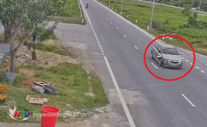 Hình ảnh chiếc xe ô tô gây tai nạn bỏ trốn được camera ghi lại