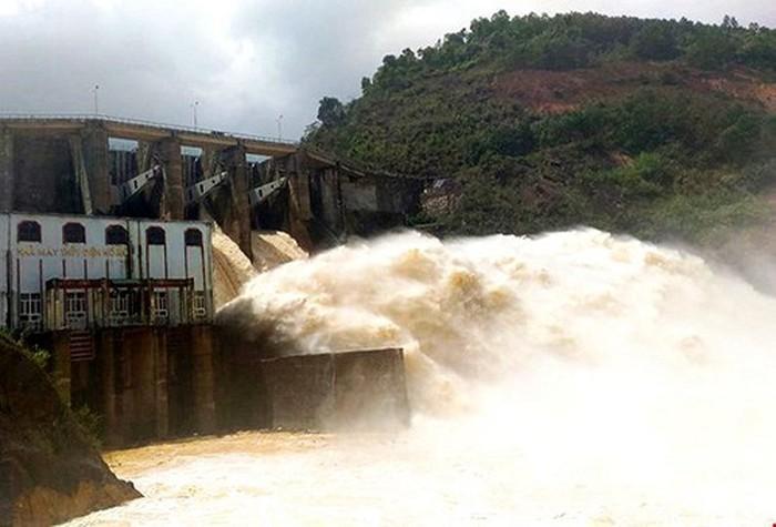 Nhà máy thủy điện Khe Bố đang xả lũ.