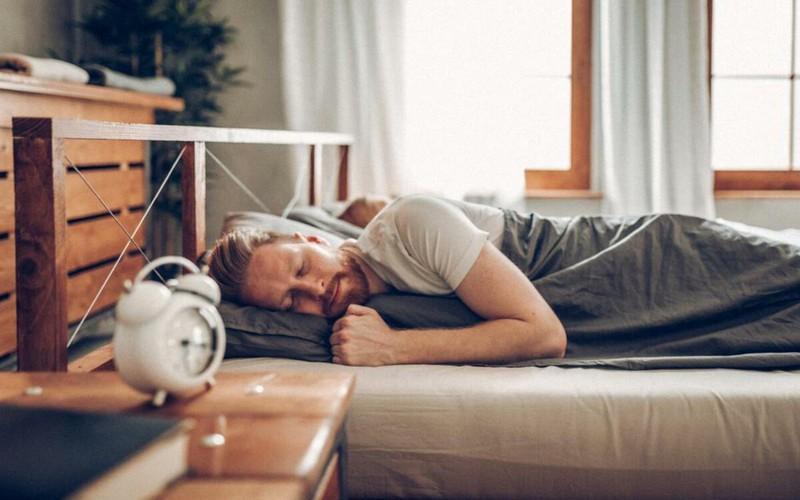 Trong một buổi đêm, cơ thể đốt cháy từ 300 đến 400 calo tương đương với lượng mà cơ thể tiêu hao khi chạy bộ trong suốt một giờ đồng hồ.
