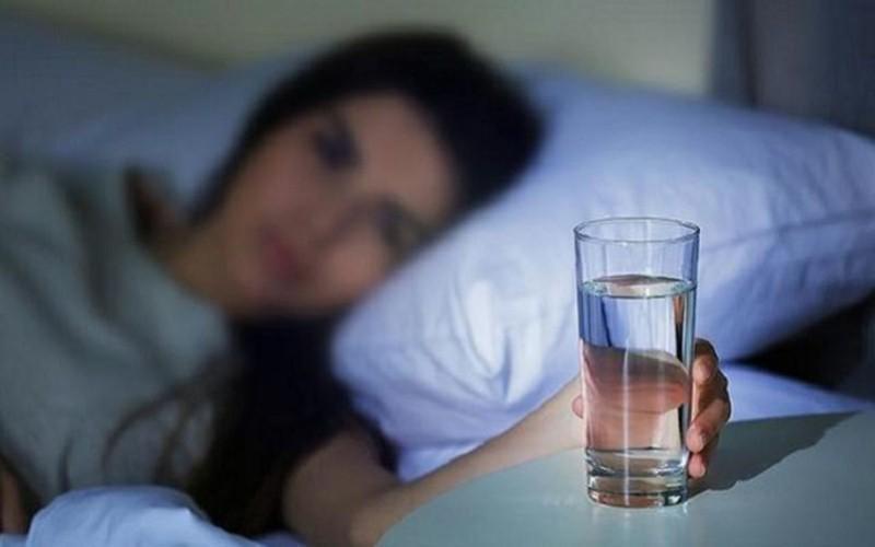 Uống nước trước khi đi ngủ, có thể ngăn ngừa nhồi máu cơ tim hoặc đột quỵ: Khi cơ thể bị mất nước, máu trở nên cô đặc, dính và ảnh hưởng đến lưu lượng máu khiến cơ thể phải tăng huyết áp, thu nhỏ mạch máu và có thể dẫn đến nhồi máu cơn tim.