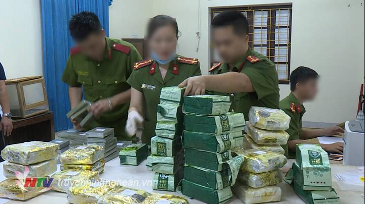 """Một đường dây mua bán trái phép chất ma túy xuyên quốc gia với số lượng""""khủng"""" vừa được Công an thành phố Vinh, Nghệ An triệt phá thành công, bắt giữ 4 đối tượng, thu giữ 40 kg ma túy tổng hợp, 20 bánh heroin."""