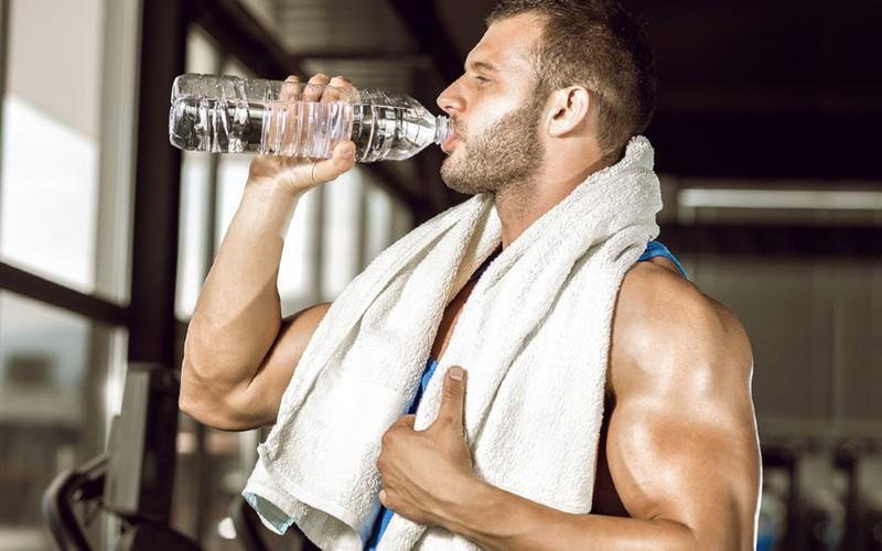 Uống nước trước khi tập thể dục, cơ thể không mệt mỏi, tránh say nắng: Khi có đủ nước trong máu, lưu lượng máu sẽ trơn tru hơn trong quá trình tập luyện, oxy và chất dinh dưỡng trong cơ bắp và tế bào sẽ được cung cấp để vận động tốt hơn, khiến cơ thể không quá mệt mỏi và tránh say nắng.
