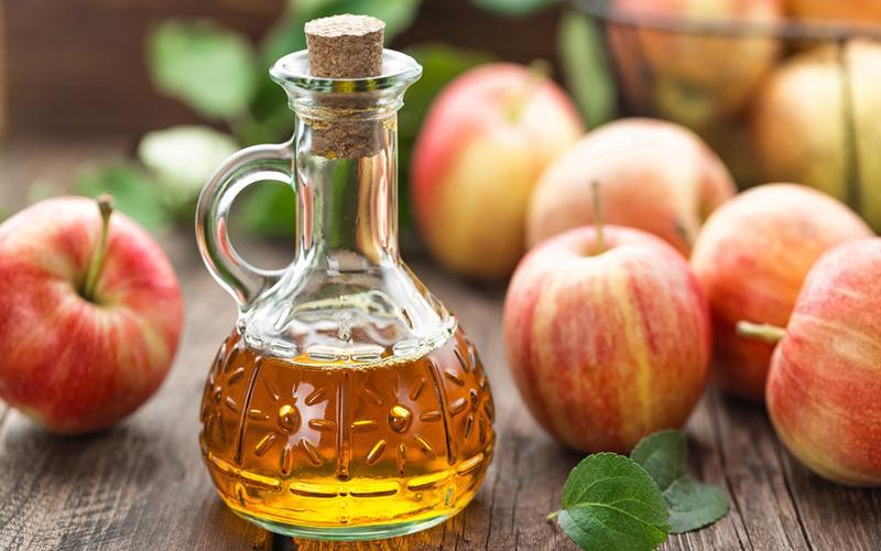 Giấm táo: Thành phần axit axetic trong giấm táo sẽ loại bỏ các mảng bám gây ố vàng trên răng. Hòa tan giấm táo và nước trước khi sử dụng để làm giảm độ pH, nên sử dụng 2-3 lần/tuần để giúp răng trắng sáng mà không bị tổn thương.