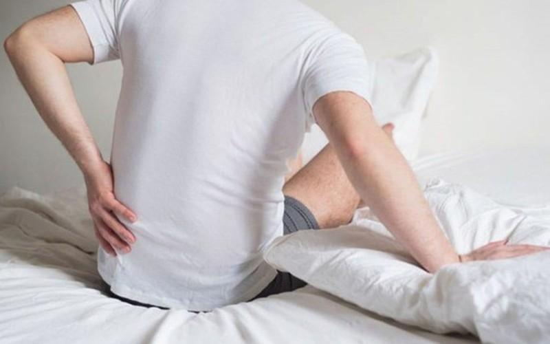 Đau do dây thần kinh bị chèn ép: Dây thần kinh bị chèn ép thường xảy ra trong một số trường hợp như cong vẹo cột sống, thoát vị đĩa đệm, thoái hóa khớp, viêm khớp cột sống hoặc trượt đốt sống... Các tình trạng này có thể dẫn đến đau lưng và hông mạn tính ảnh hưởng lớn đến hoạt động vận động của hông.