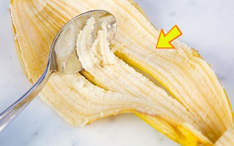 Vỏ chuối: Dùng vỏ chuối chà nhẹ nhàng lên răng trong vòng 2 phút, sau đó đánh răng lại thật sạch và súc miệng. Các vitamin D và khoáng trong vỏ chuối sẽ giúp bạn có một hàm răng trắng bóng và nụ cười rạng rỡ.