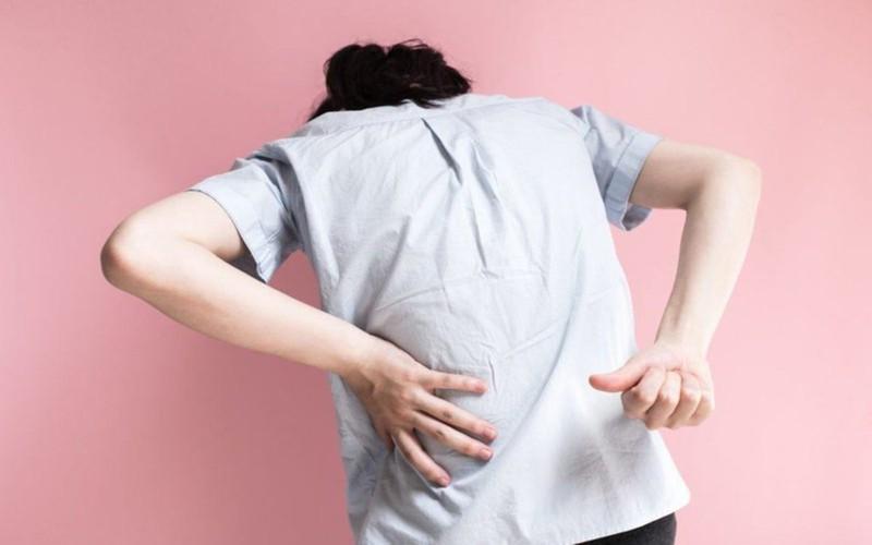 Đau do đau thần kinh tọa: Các cơn đau dọc từ thắt lưng tới bàn chân, thường ở một bên người, khi dây thần kinh bị chèn ép tổn thương. Thoát vị đĩa đệm vùng cột sống, nhất là đĩa đệm L4- L5, đĩa đệm L5-S1 là nguyên nhân gây đau thần kinh tọa thường gặp.