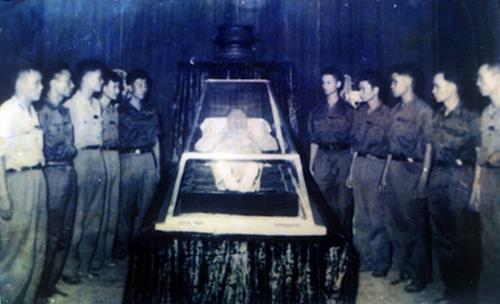 Bộ phận kỹ thuật công trình, những người đầu tiên được viếng Bác tại Hội trường Ba Đình. Ảnh tư liệu nhung hinh anh xuc dong trong le tang chu tich ho chi minh 50 nam truoc hinh 8 Phút mặc niệm của Lãnh đạo Đảng và Nhà nước trước anh linh Chủ tịch Hồ Chí Minh. Ảnh tư liệu