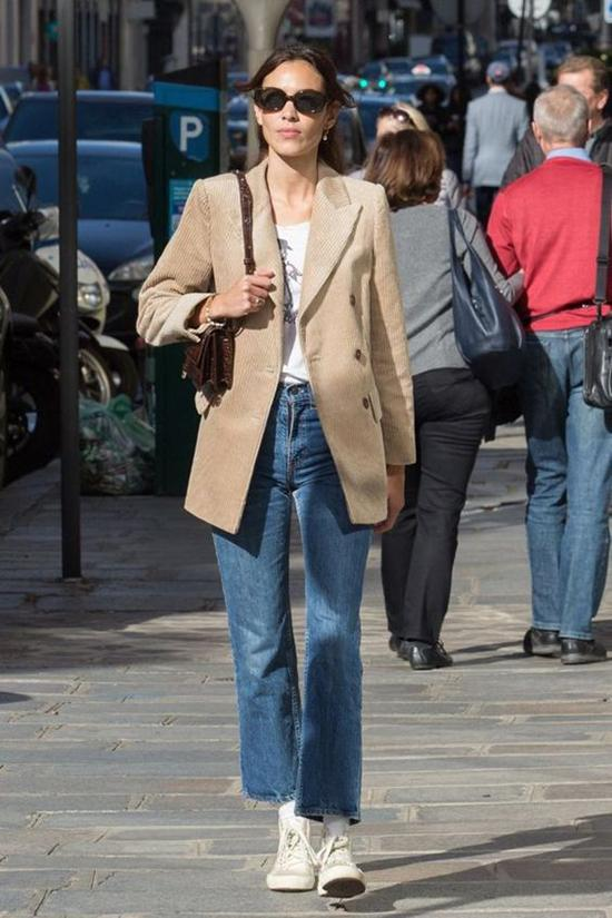 Vẫn diện set đồ gồm áo blazer và quần jeans nhưng khi thay thế sơ mi bằng áo thun, giày cao gót bằng giày thể thao, phái đẹp lại có được nét năng động.