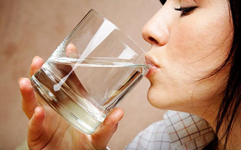 Mỗi lần uống nước nên uống ngụm nhỏ: Mỗi lần uống quá nhiều nước, thận sẽ hấp thu quá nhiều nước, làm tăng tốc độ đi tiểu, khiến lượng nước uống vào sẽ nhanh chóng mất đi, nước không đủ thời gian để đi vào các cơ quan khác.