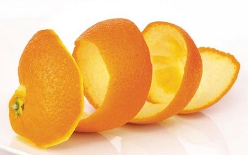 Vỏ cam chứa một số thành phần tự nhiên giúp loại bỏ một số mảng bám cứng đầu trên răng. Sử dụng mặt trong của vỏ cam chà xát lên bề mặt răng khoảng 2 phút hàng ngày để ức chế các vi khuẩn phát sinh, làm trắng răng.