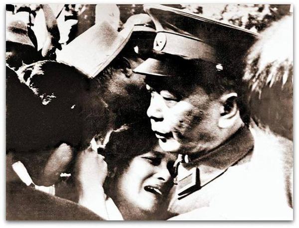 Đại tướng Võ Nguyên Giáp an ủi người dân trong ngày Quốc tang của dân tộc. Ảnh tư liệu