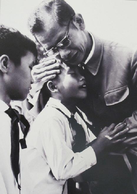 Bác sĩ Trần Duy Hưng an ủi một cháu bé trong Lễ tang Bác Hồ. Ảnh tư liệu