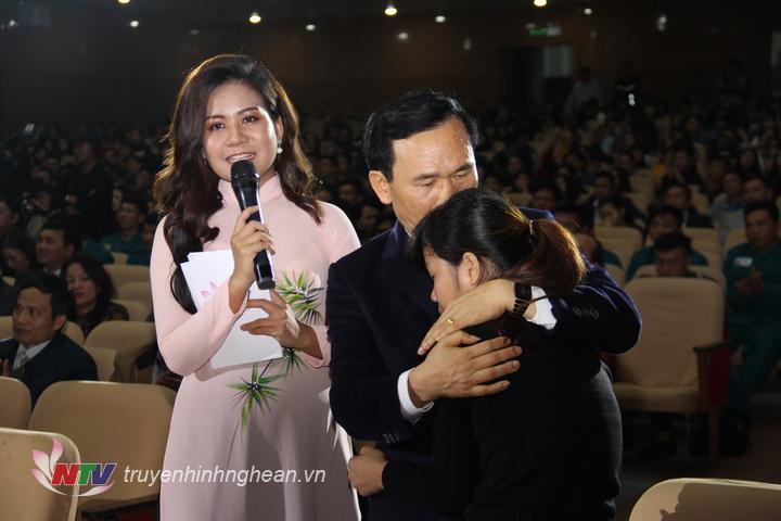 Giọt nước mắt hạnh phúc của MC Thu Hằng trong khoảnh khắc nhân vật được mạnh thường quân giúp đỡ vượt lên hoàn cảnh khó khăn.