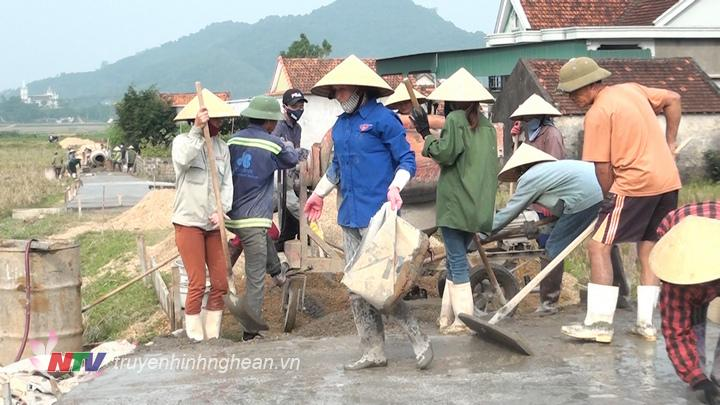 Đồng bào công giáo Nghĩa Trung tham gia làm đường giao thông nông thôn.