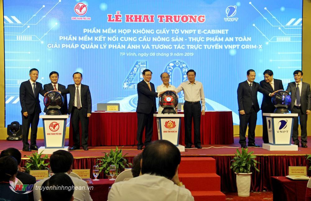 Các đ/c Lãnh đạo Đảng, Nhà nước bấm nút khai trương 3 ứng dụng CNTT.