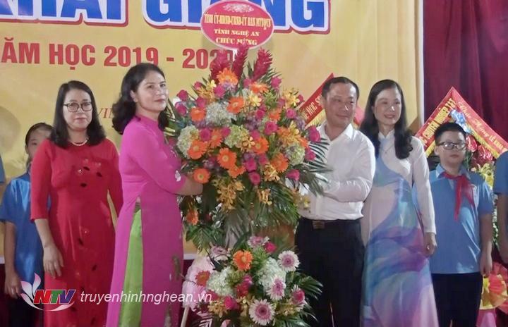 Bí thư Thành ủy Vinh Phan Đức Đồng dự lễ khai giảng tại Trường THCS Đặng Thai Mai.