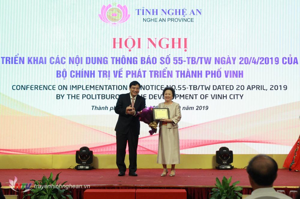 Bí thư Tỉnh ủy Nguyễn Đắc Vinh trao tặng kỷ niệm chương và hoa cho Bà Nguyễn Thị Nga - Chủ tịch Tập đoàn BRG.
