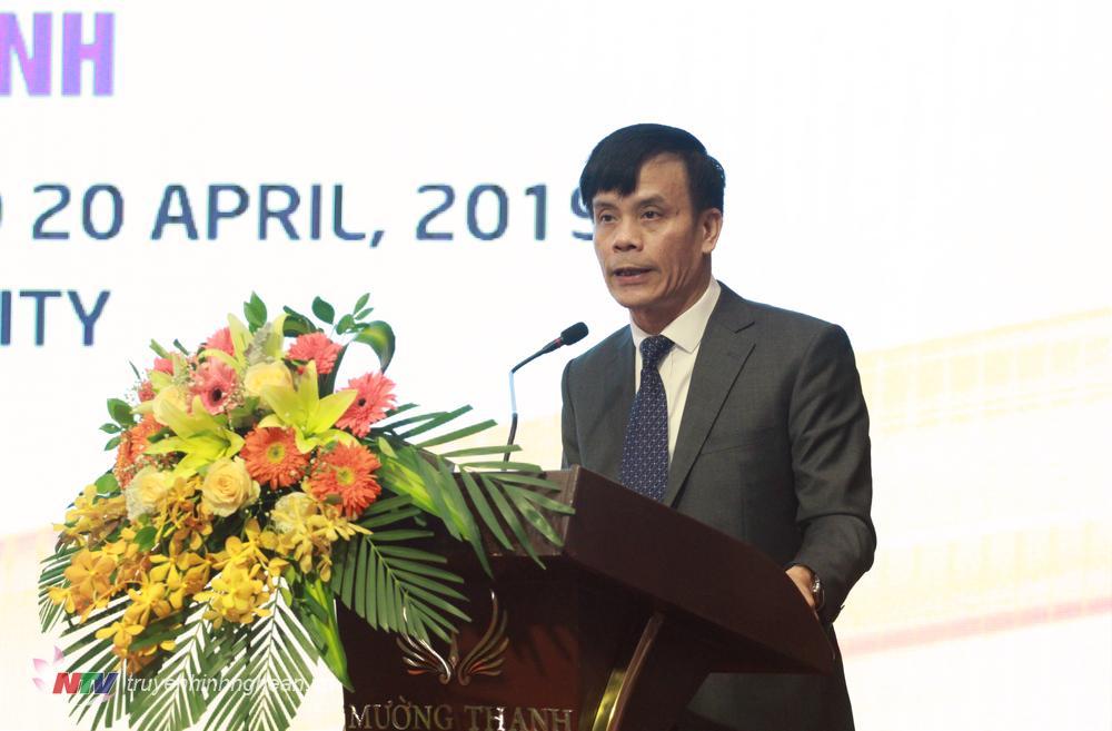 Đồng chí Trần Ngọc Tú - Phó bí thư Thành ủy, Chủ tịch UBND TP Vinh báo cáo về kết quả triển khai thực hiện Quyết định số 2468/2015/QĐ-TTg của Thủ tướng Chính phủ và đề xuất một số giải pháp huy động nguồn lực phát triển thành phố Vinh.