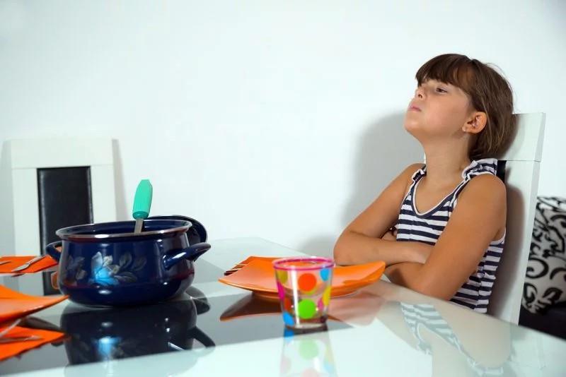 Chán ăn: Những người mắc sốt xuất huyết thường cảm thấy chán ăn. Điều này dễ lí giải bởi bệnh nhân bị mất nước nhiều hơn bình thường. Sự mất nước này cần được bù đắp kịp thời để tránh làm tăng nặng các triệu chứng khác. Nếu ca bệnh thuộc dạng nhẹ hoặc trung bình, các triệu chứng sẽ giảm bớt sau 3 đến 4 ngày điều trị.