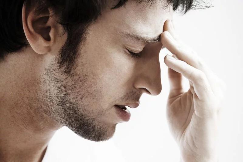 Đau đầu: Bệnh nhân chỉ nên sử dụng các loại thuốc giảm đau được kê đơn bởi bác sĩ. Một số loại thuốc tại quầy thuốc có thể làm tăng nặng các triệu chứng và tăng nguy cơ xảy ra biến chứng. Đau đầu, đau vùng lưng dưới và đau vùng phía sau mắt là những triệu chứng phổ biến nhất ở bệnh nhân sốt xuất huyết.