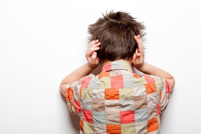 Tiếng ồn lớn: Tiếng ồn lớn có thể phá hủy các tế bào lông trong ốc tai và gây suy giảm thính giác nghiêm trọng. Những tiếng ồn này có thể là nhạc âm lượng lớn, tiếng động cơ máy bay hoặc tiếng ồn của các loại máy điện.