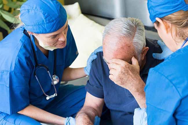 Bệnh Meniere: Bệnh Meniere là một chứng rối loạn tai trong, có thể ảnh hưởng đến thính giác của một bên tai. Chóng mặt, thính giác chập chờn, ù tai hoặc cảm giác đầy tai là một số triệu chứng của chứng rối loạn tai trong. Theo thời gian, thính giác của người bệnh ngày càng kém đi.
