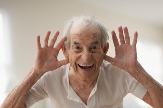 Tuổi tác: Cấu trúc của tai trở nên yếu và kém đàn hồi hơn theo thời gian. Lông tai ở những người lớn tuổi có thể bị tổn thương, làm giảm khả năng phản hồi các sóng âm. Sự suy giảm thính giác có thể càng nghiêm trọng hơn khi bạn già đi.