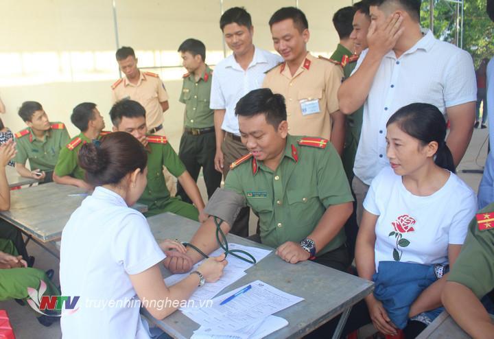 Các tình nguyện viên kiểm tra sức khỏe, làm xét nghiệm trước khi hiến máu.