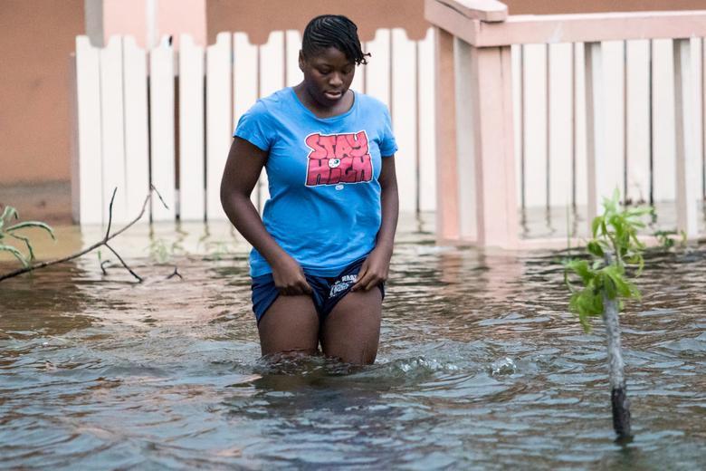 Sau khi bão tan, cuộc sống người dân vẫn bị đảo lộn bởi nước ngập.