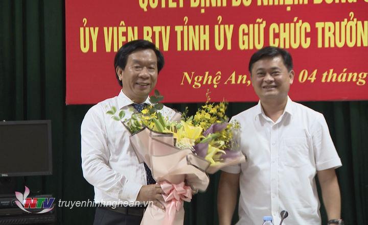 Chủ tịch UBND tỉnh Thái Thanh Quý chúc mừng đồng chí Lê Đức Cường trên cương vị mới.