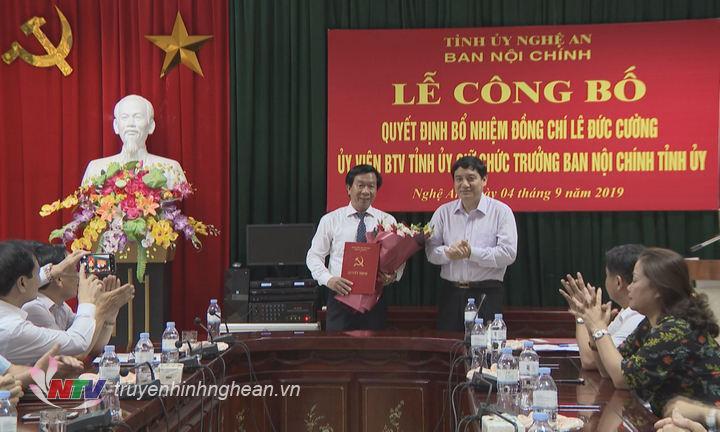 Bí thư Tỉnh ủy Nguyễn Đắc Vinh trao Quyết định và tặng hoa chúc mừng đồng chí Lê Đức Cường.