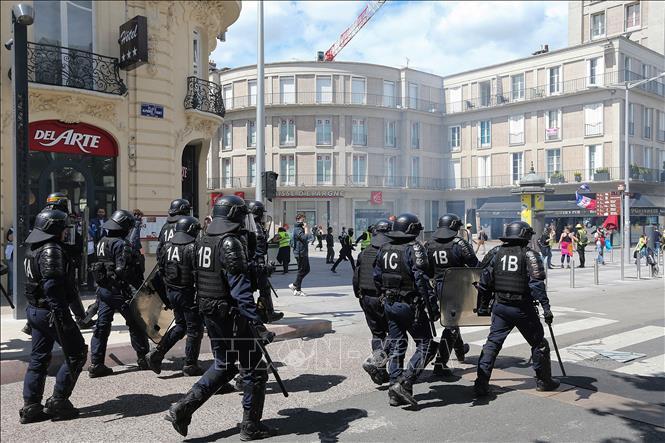 """Cảnh sát chống bạo động được triển khai để giải tán các cuộc biểu tình của phe """"Áo vàng"""" ở thành phố Amiens, Pháp ngày 25/5/2019."""