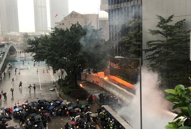 Người biểu tình ném bom xăng vào văn phòng chính quyền ở trung tâm Hong Kong