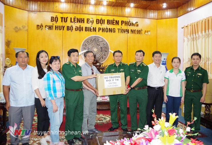   Đại diện Báo Sài Gòn giải phóng trao số thuốc của Bộ Trưởng Y tế tặng cho Bộ đội biên phòng Nghệ An.  