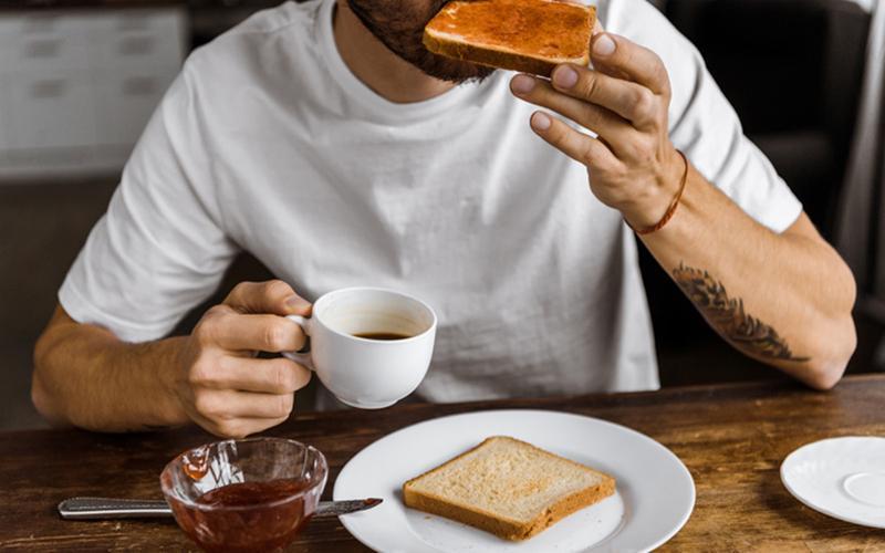 Nếu bạn nghiện uống cafe vào buổi sáng, thì đừng bỏ qua bữa sáng. Hãy ăn nhẹ khi nhâm nhi ly cafe của mình.