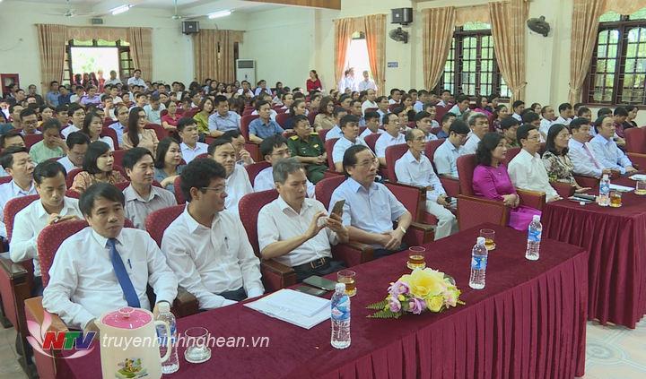 Các đại biểu dự lễ khai giảng.