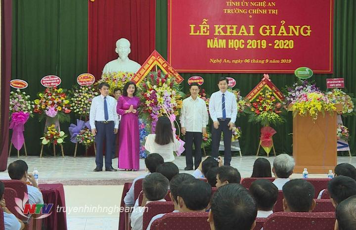 Phó Bí thư Thường trực Tỉnh ủy Nguyễn Xuân Sơn tặng hoa chúc mừng.