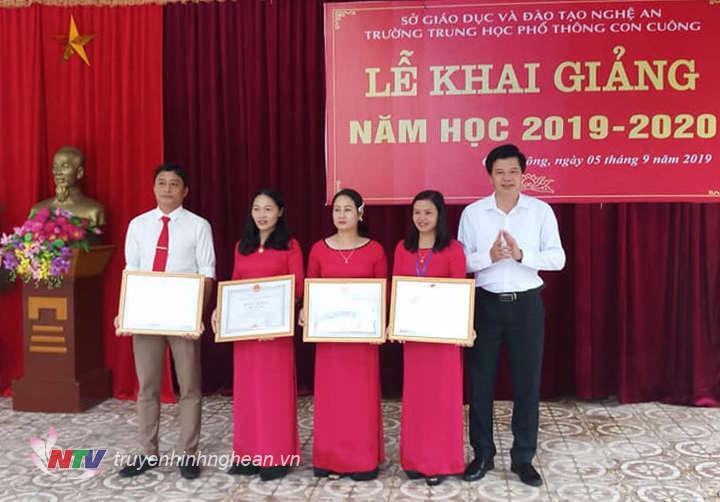 Lãnh đạo huyện trao thưởng cho học sinh và giáo viên