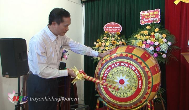 Phó Chủ tịch UBND tỉnh Lê Ngọc Hoa đánh trống khai giảng năm học mới 2019 - 2020.