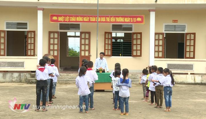 Lễ khai giảng ngắn gọn được tổ chức cho các em