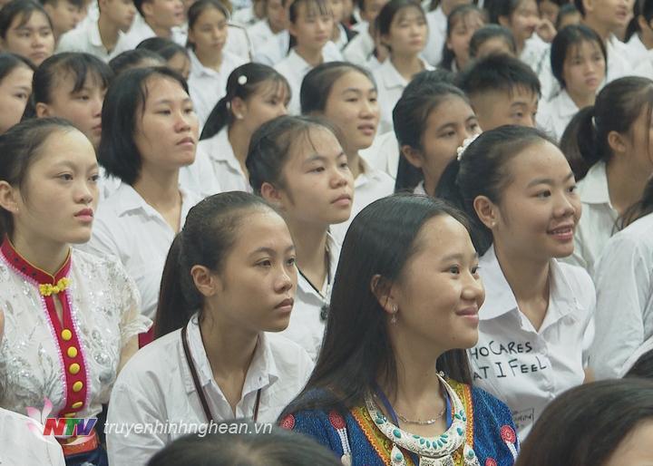 Học sinh Trường THPT Dân tộc nội trú háo hức bước vào năm học mới.