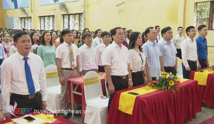 Các đại biểu cùng thầy và trò Trường THPT Dân tộc nội trú hát Quốc ca tại lễ khai giảng năm học mới 2019 - 2020.