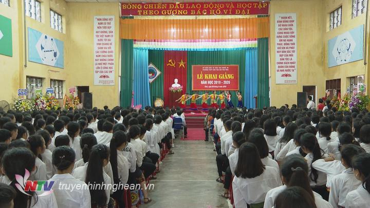 Toàn cảnh lễ khai giảng tại Trường THPT Dân tộc nội trú Nghệ An sáng 5/9.